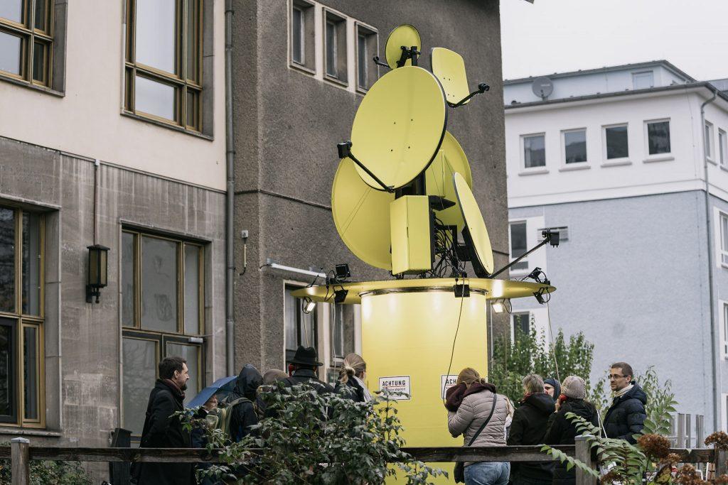 Ansicht der Installation mit gelben Satellitenschüsseln