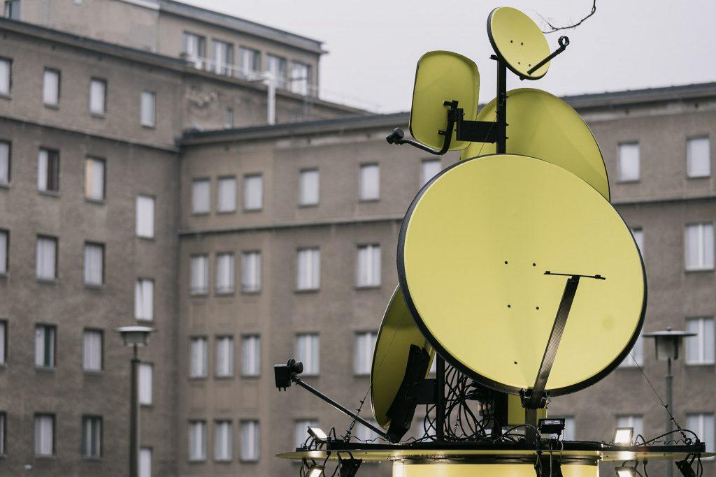 Gelbe Satellitenschüsseln
