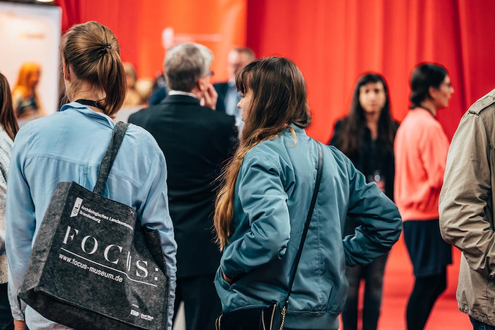 Junge Frauen tragen eine Tasche mit Aufdruck FOCUS